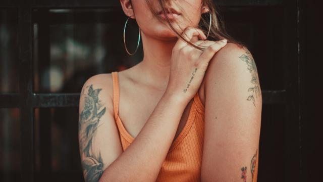 タトゥーの女性